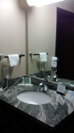 Okanogan, WA: pia independente do banheiro