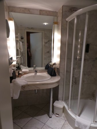 Salle de bains en marbre - Bild von Victor\'s Residenz-Hotel ...
