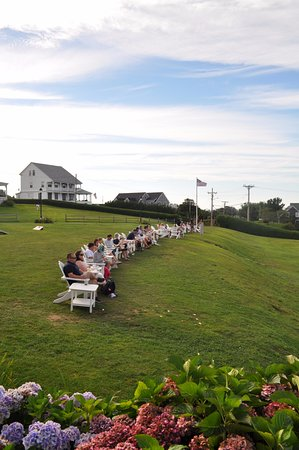 Spring House Hotel: Lawn chairs overlooking the water