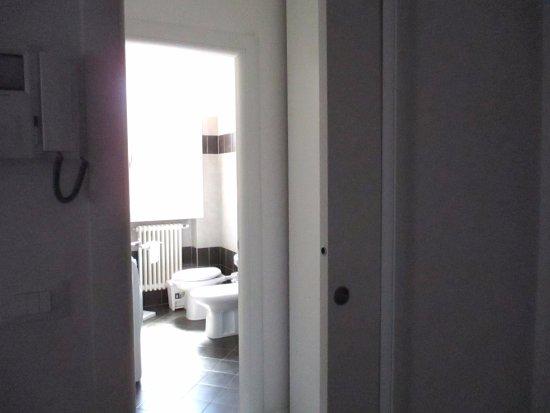Camping Villaggio Rubicone: Schlafzimmer Und Bad Noch Extra Durch  Schiebetür Von Wohnzimmer Getrennt