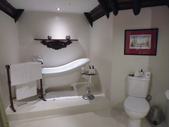 Harkerville, Zuid-Afrika: Wonderfully spacious bathroom with separate shower. Toiletries, candles and matches.