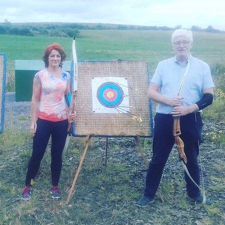 Ennis, Ierland: a bit off archery on nice relaxing date