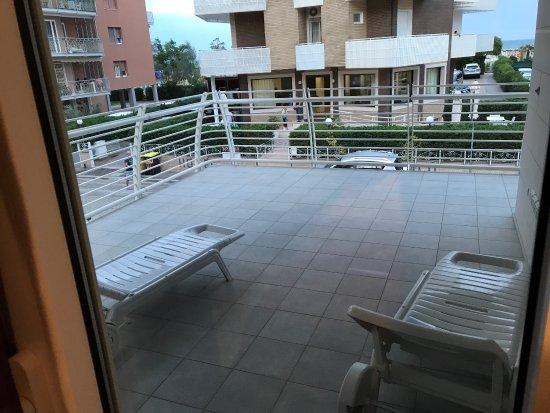 RESIDENCE SAN PAOLO: Terrazzo che gira intorno all'appartamento, camera da letto e vista di fronte. Primo piano.