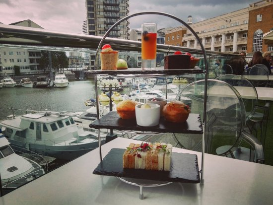 The Chelsea Harbour Hotel: afternoon tea in hotel terrace
