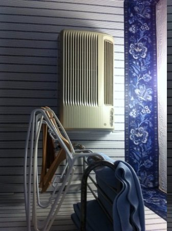 Serendipity Inn: Air conditioner very noisy and had to stand on chair to change. Rusty coat rack.
