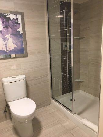 Harrah's Las Vegas: Toilet and shower (with no door)