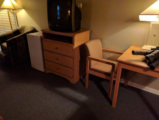 Powder Springs Inn: Older TV broken; fridge works great.