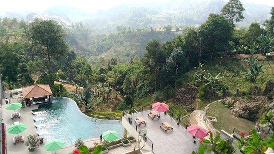 Tawangmangu, Indonesien: Hotel dengan kolam renang infinity. View bukit nya bagus.. hotel masih baru, msh ada beberapa re