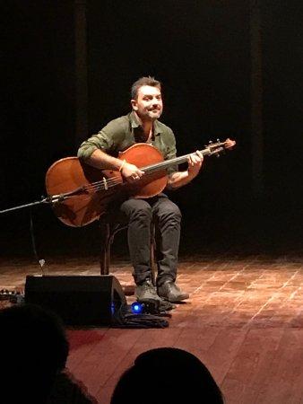 Redi Hasa , violoncellista Albanese . Il Teatro di gualtieri unisce classicità e modernità per u