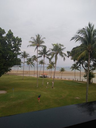 Shangri-La's Tanjung Aru Resort & Spa: Quaint view from our room of people golfing