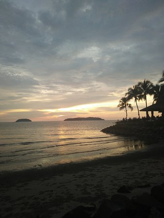 Shangri-La's Tanjung Aru Resort & Spa: Sunset by the hotel beach is a must