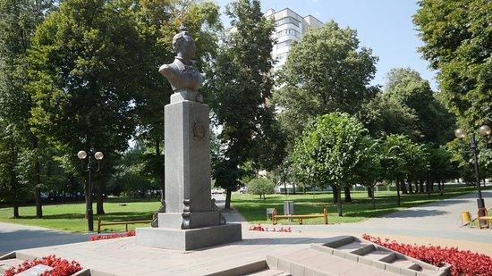 ‪Monument to Baratynskiy‬