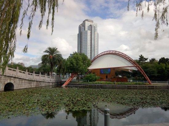 Taizhou, จีน: Through the park to the business district