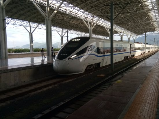 Taizhou, จีน: High Speed train entering the station