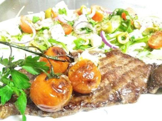 Kutno, Polen: Stek wolowy na salatce greckiej - Beef steak & greece salad