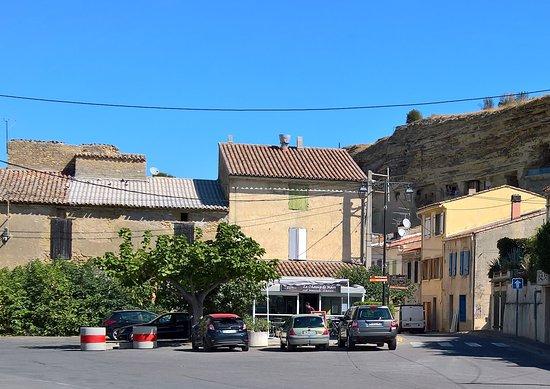 St Chamas, Frankrig: La façade à coté des troglodythes.