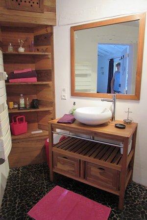 Saint-Andre-de-Double, France: La salle de bains Fleurs et papillons