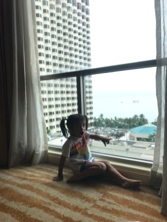AG New World Manila Bay Hotel: Veryniceview!i wish there's a smoking areas,a space outside & the side near at pool.and wish the