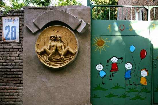 Hotel Argo Palace: On the opposite side of the hotel there is a Kindergarden