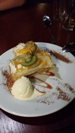 Smugglers' Den Inn: Peaches and cream gateau with vanilla ice cream.