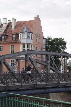 Hotel Tumski: Hotel from other side of nearest bridge