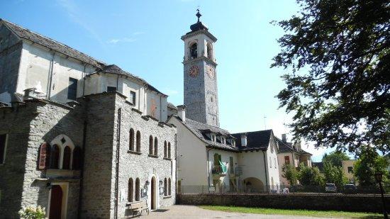 Santa Maria Maggiore, Италия: Il museo dello spazzacamino con sullo sfondo la barocca chiesa parrocchiale.