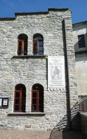 Santa Maria Maggiore, อิตาลี: Un particolare della facciata del museo con il manifesto del raduno degli spazzacamini in settem