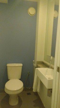 Novotel Lima: Banheiro dividido em área de banho e sanitário