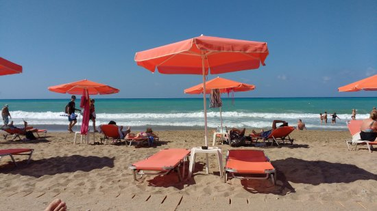 Roulis Beach Bar: View from sunbeds.