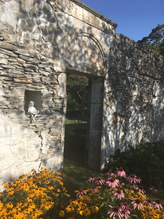 Gwyn Careg Inn: The wall of the Spanish Garden