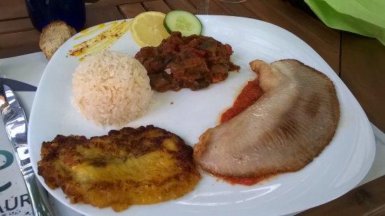 Charavines, Frankrike: Peixe com banana (filer de raie, manioc, lait de coco, tomate, banane, riz, ratatouille)