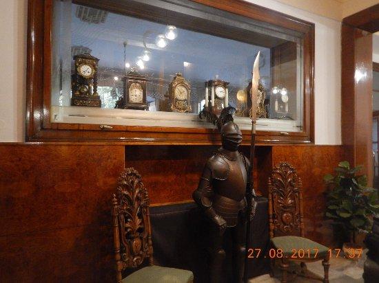 Prostejov, Czech Republic: Fragment hallu z kolekcją zegarów inśredniowieczną zbroją oddaje klimat hotelu.