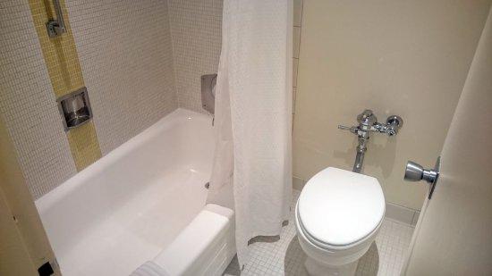 Duschbadewanne und WC - Picture of Washington Plaza Hotel ... | {Duschbadewanne 25}