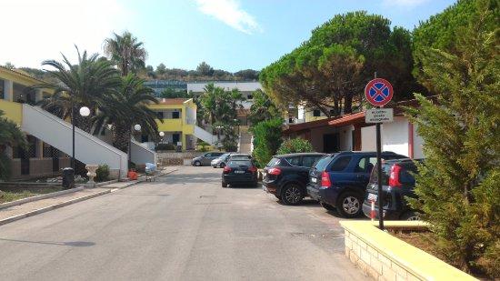 Green Park Village: Uno dei vialoni con auto parcheggiate