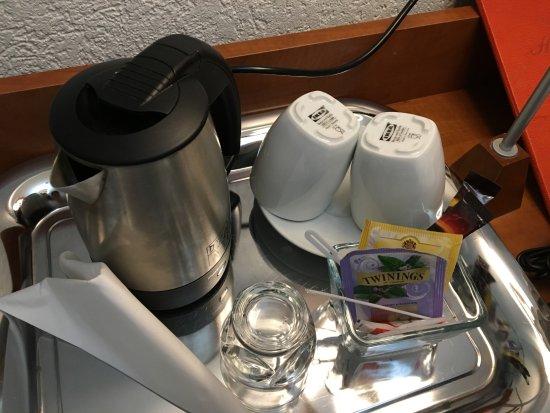Hotel Admiral Geneva : 電気ポットと紅茶セット、IKEAのカップ