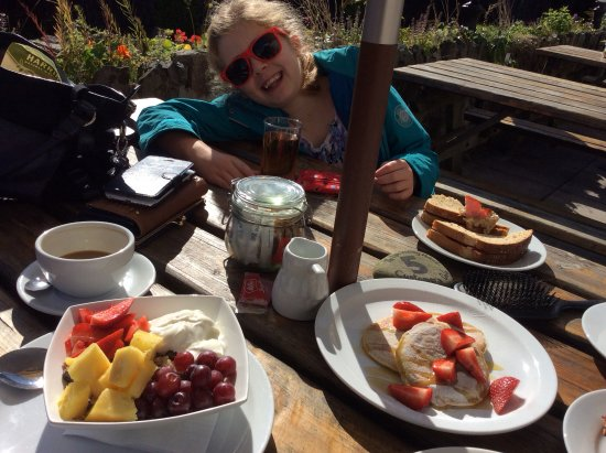 The Lyn Valley Restaurant: Breakfast next to the river
