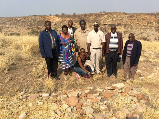 Limpopo Province, แอฟริกาใต้: Group photo in front of the graveyard ( 23 graves re burial grave)