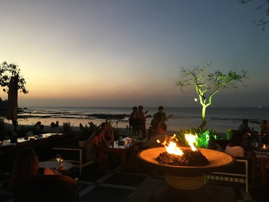Four Seasons Resort Bali at Jimbaran Bay: Sunset at the poolside bar