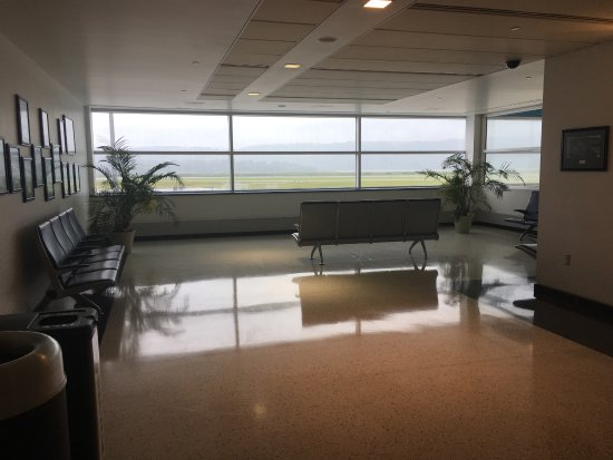 Middletown, Pensilvania: Looking out from the Observation Deck at Harrisburg International Airport. Plenty of seats avail