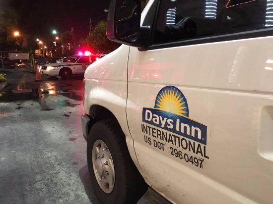 Days Inn by Wyndham Miami International Airport: The police surrounding the van and hotel