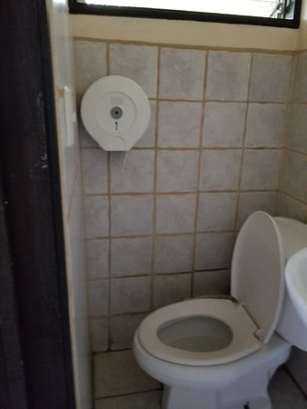 Taranova-Villas Palmas: 2nd bathroom..barely room for your knees!