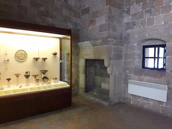 Ancienne chambre avec cheminée - Picture of Archaeological Museum of ...