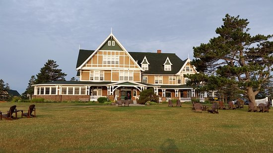 Dalvay by the Sea Hotel: dining room on left overlooks garden and lake