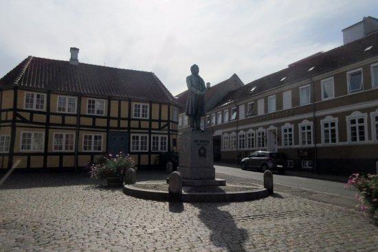 Gåsetorvet med H. C. Ørsteds statue - Billede af Gåsetorvet, Rudkøbing - TripAdvisor