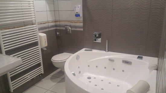 Salle de bain avec sa baignoire balnéo - Photo de Hostellerie du ...