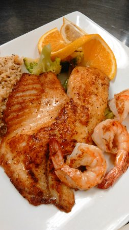 Caldwell, Техас: Grilled Red Snapper 3Jumbo Shrimp w/Grilled Veggies, Cajun Rice & Salad