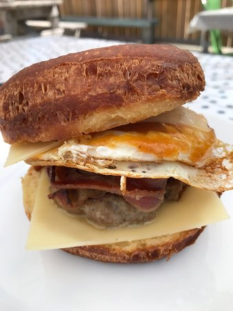 Norway, Μέιν: Great brunch! Check out the egg sandwich on a donut. The Mr. Grumpypants and Noyes Mountain beer