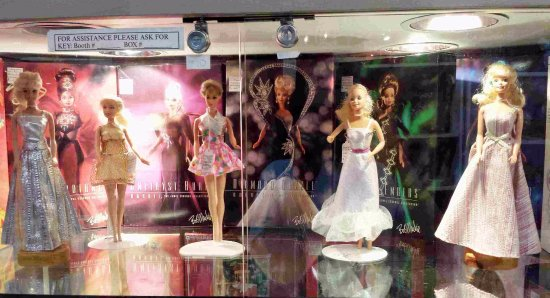 Innisfil, Καναδάς: And there is a booth with an entire retro Barbie collection.