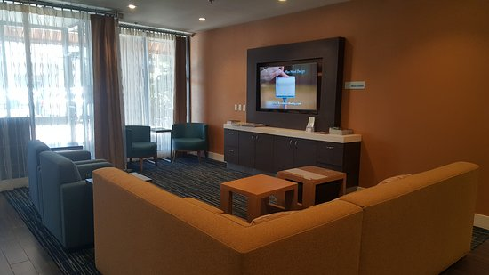 Holiday Inn Express @ Monterey Bay: Lobby