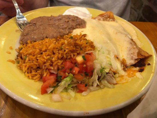 El Gato Negro Mexican Restaurant: Chicken enchiladas